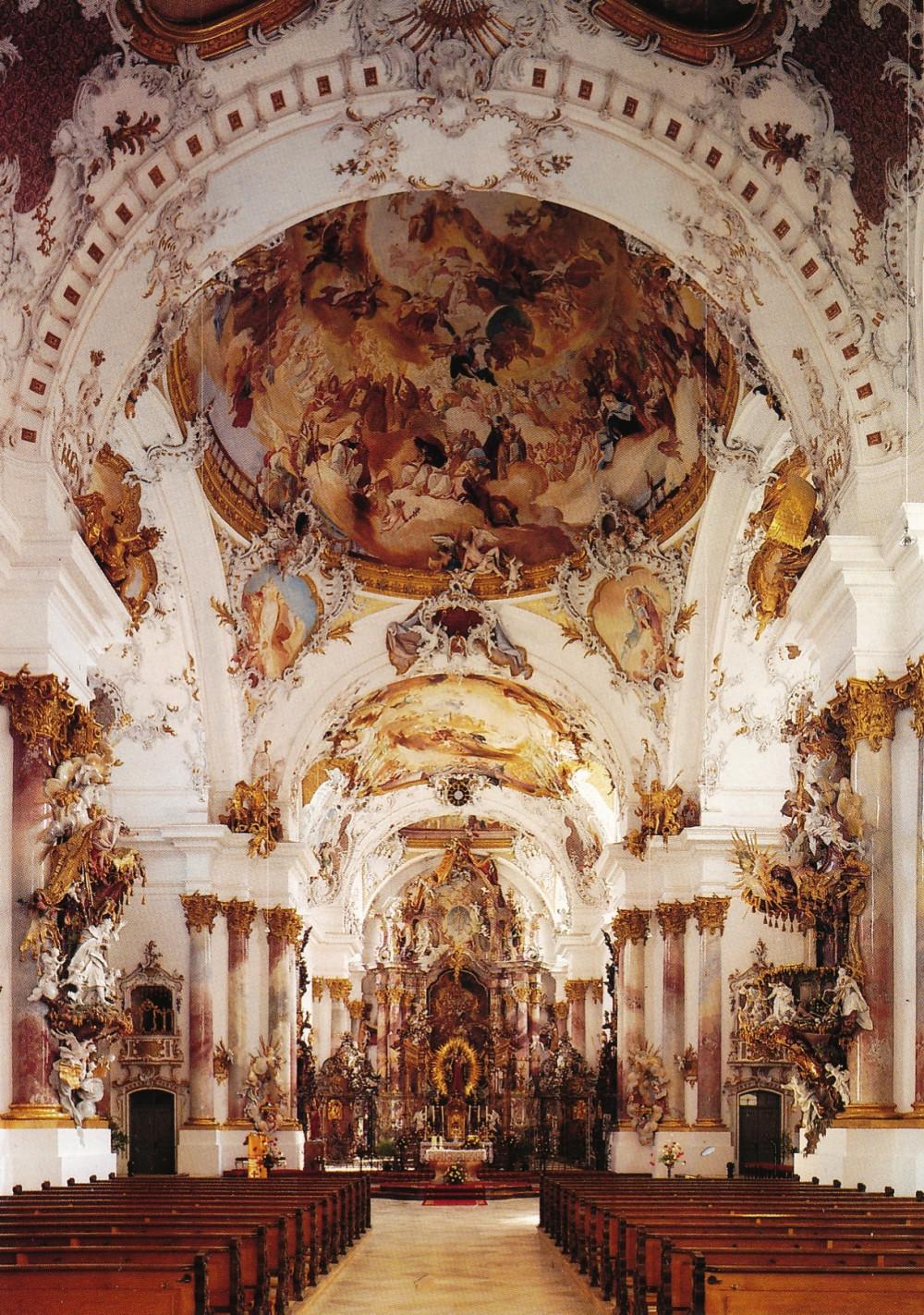 Innenausstattung des Münsters in Zwiefalten mit reichlich Gold, Skulpturen und imposanten Deckengemälde