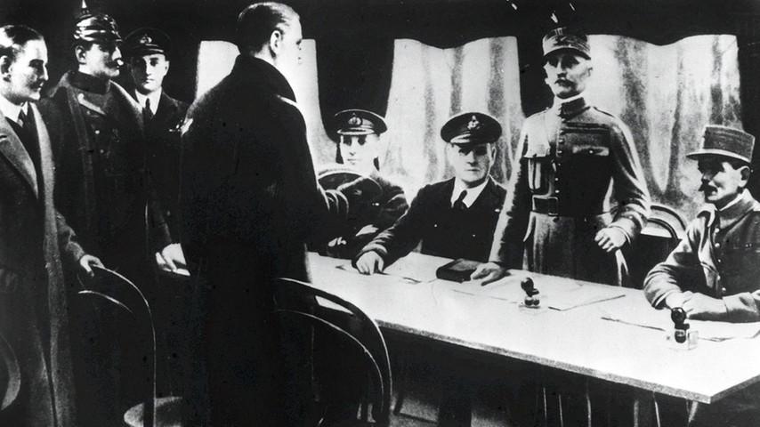 Unterzeichnung des Waffenstillstandsakommens: Vor dem Tisch der deutsche Staatssekretär Matthias Erzberger.
