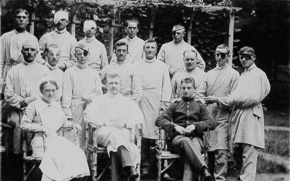 Gruppenaufnahme verwundeter Soldaten und medizinischem Pflegepersonal im Reservelazarett Celle