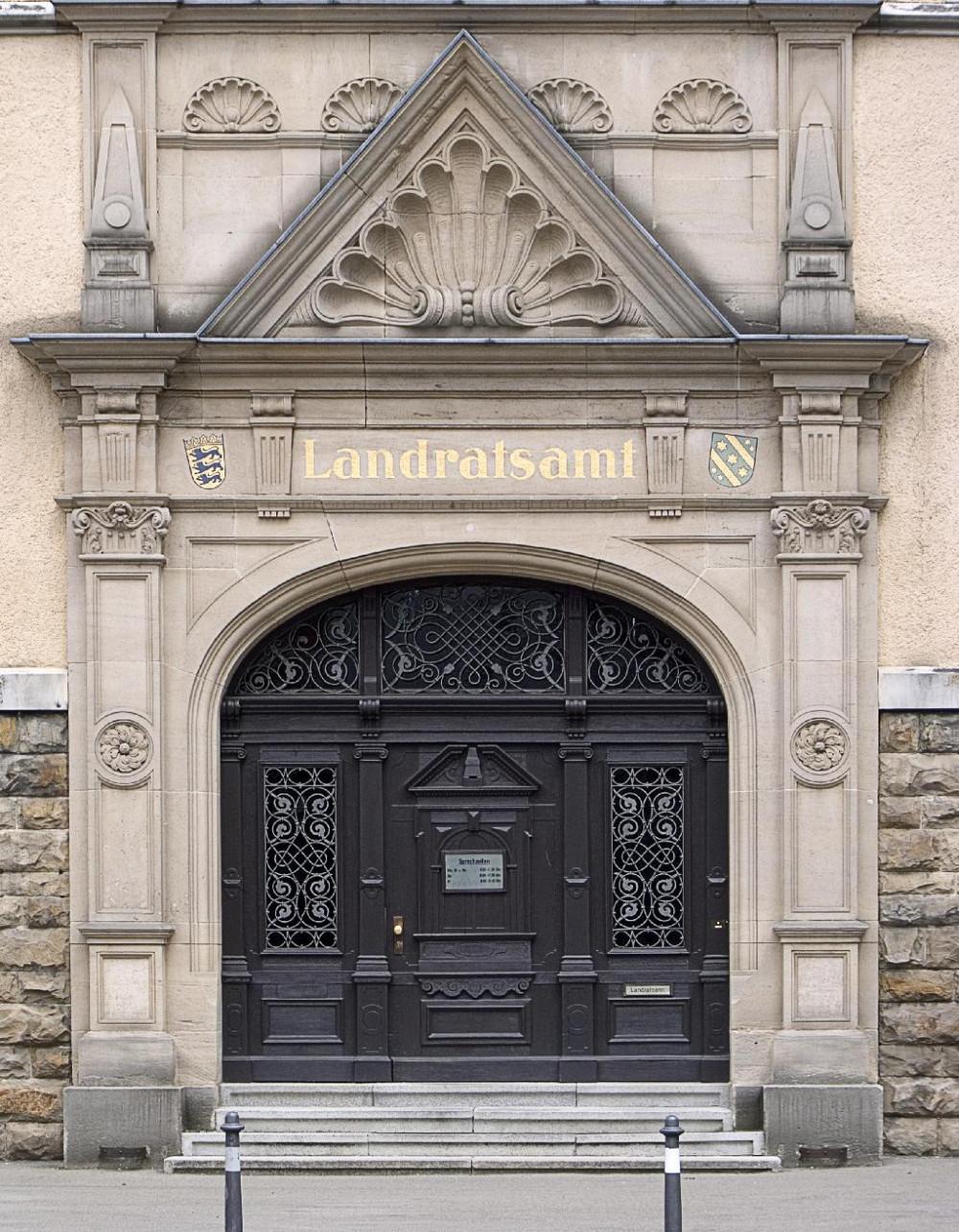 Das Hauptportal des Landratsamts Reutlingen