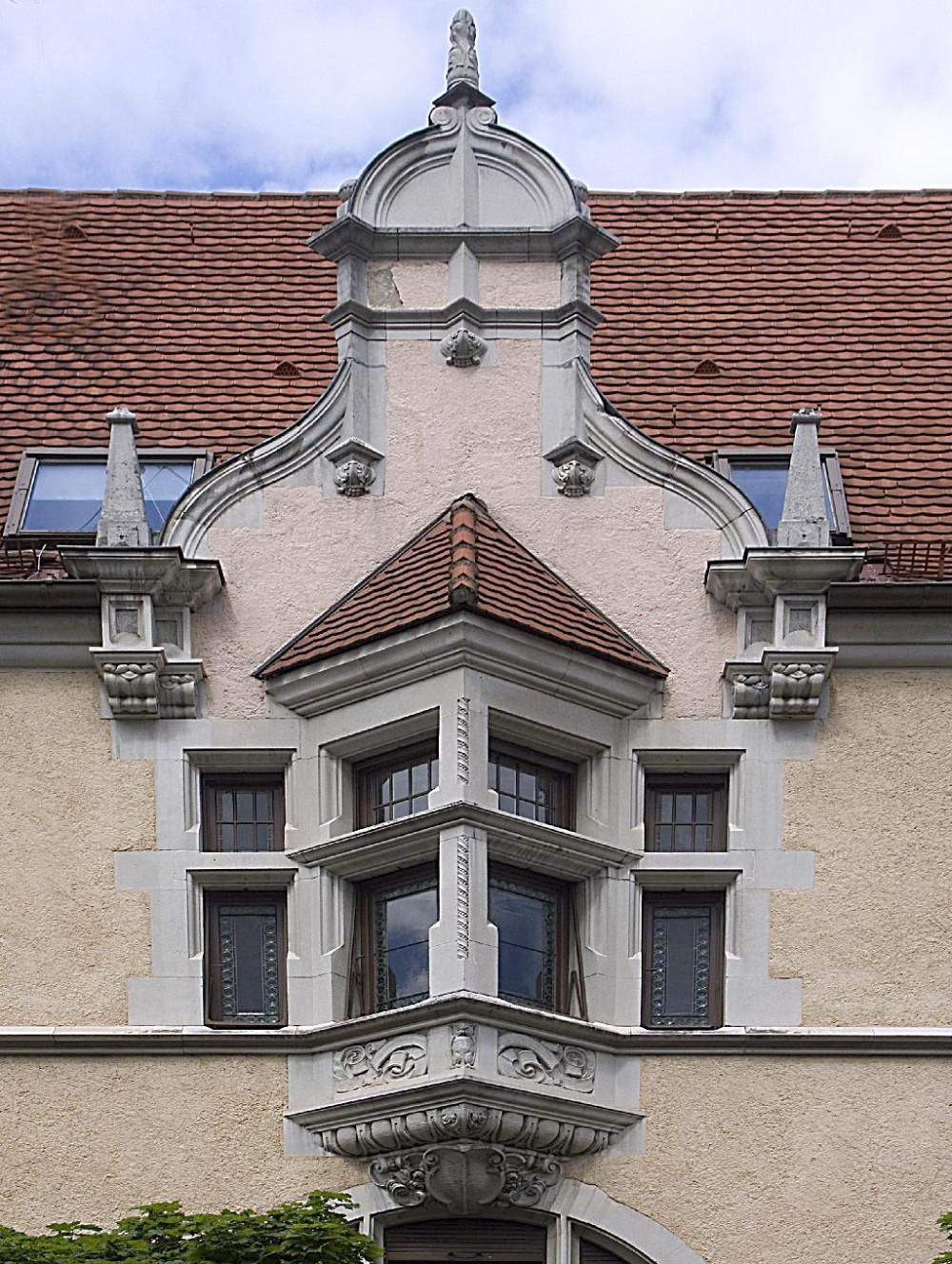Ein nach Westen ausgerichteter Flügel mit zwei Fensterachsen und Erker