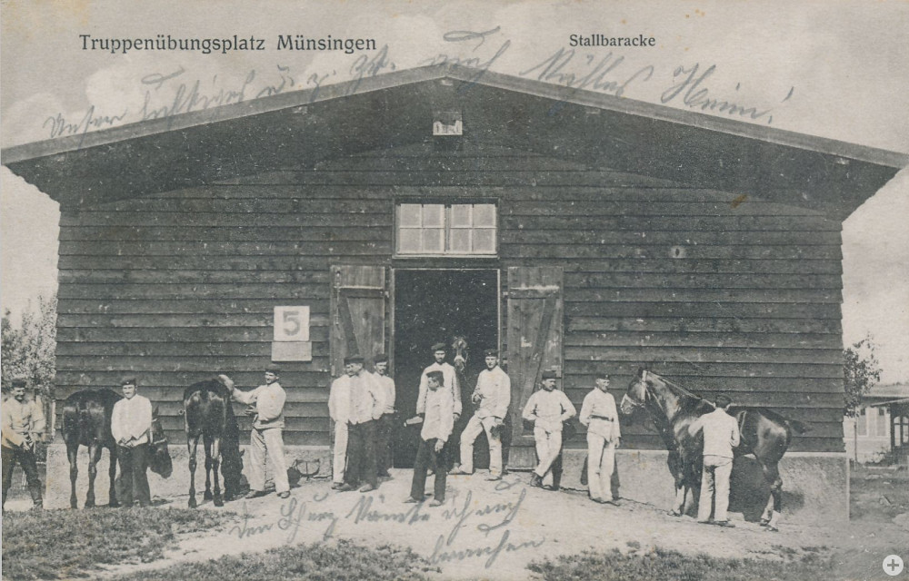 Soldaten mit Pferden vor der Stallbaracke, um 1915 (KART S 6 Nr. 1335)