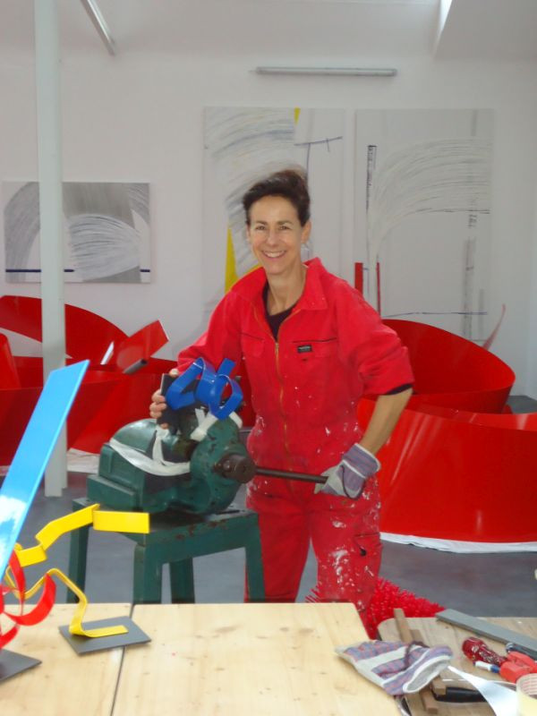 Die Künstlerin Susanne Immer bei der Arbeit