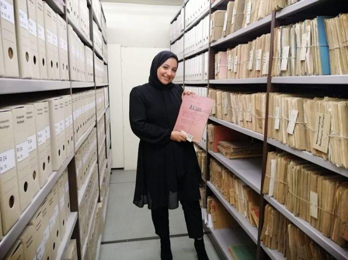 Meysa als Hashimi in einem Magazin des Kreisarchivs Reutlingen