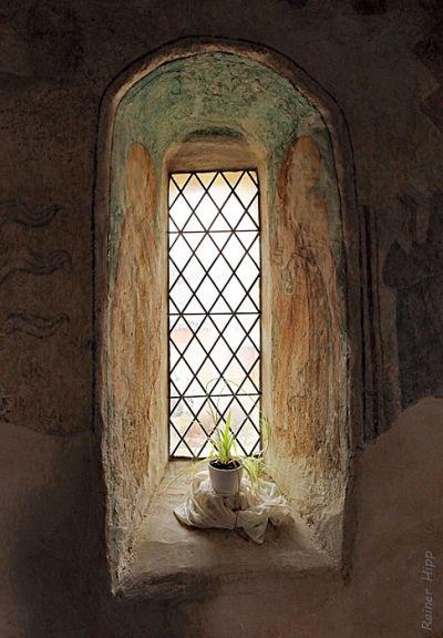 Fenster umrandetet von Wandmalereien, Marienkirche